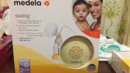 breast pump and breastmilk bottles