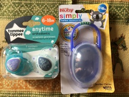 Tommee tippee 6-18m soothers (2 pics) + nuby soother carrier