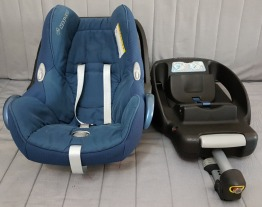 FOR SALE: MAXI COSI CAR SEAT AND EASYFIX BASE