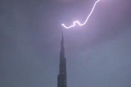 Lightning Strikes Burj Khalifa in Dubai | ExpatWoman com